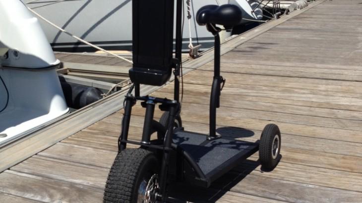 La trottinette à 3 roues Happy Scoot sur un port de plaisance