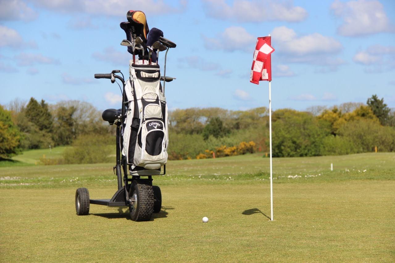 la golf happy scoot une trottinette qui accompagne partout les golfeurs mobilandgo. Black Bedroom Furniture Sets. Home Design Ideas
